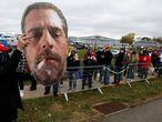Un seguidor de Trump muestra una foto de Hunter Biden en la cola de un mitin del presidente en Erie (Ohio).