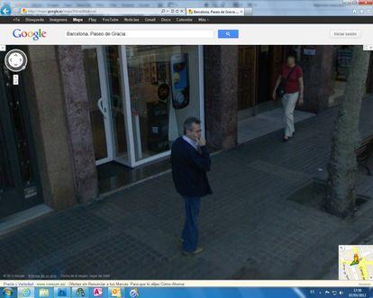 Um homem captado pelo Street View do Google em Barcelona.