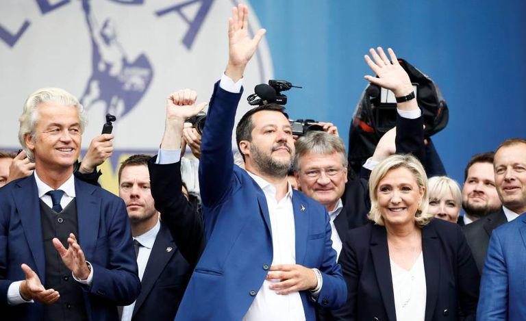 O vice-primeiro ministro italiano Matteo Salvini e Marine Le Pen, líder do partido francês Reagrupação Nacional, durante evento de partidos europeus nacionalistas e de extrema direita em Milão, Itália, no dia 18 de maio