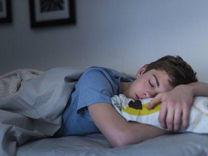 Um adolescente dormindo.