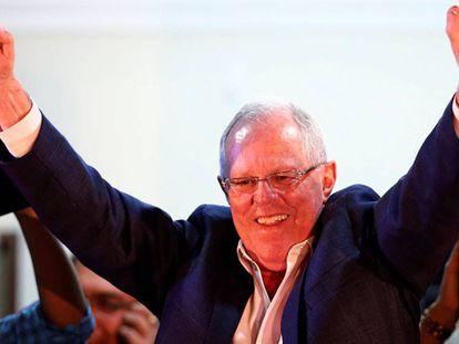 Pedro Pablo Kuczynski acena para eleitores.