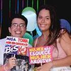 Pedro Ivo de Oliveira ao lado da prima Bianca, que morreu aos 18 anos de covid-19 no Brasil.