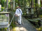 Un peregrino recorre un tramo de la Ruta de los 88 templos de la isa de Shikoku
