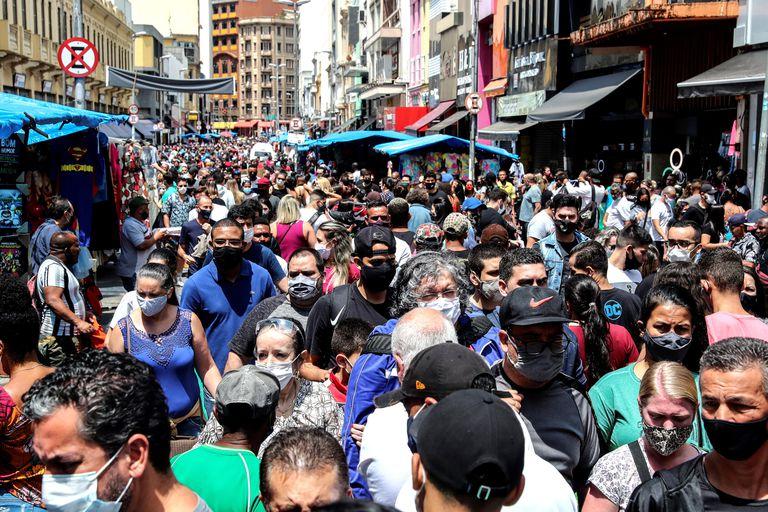 Pessoas caminha na rua 25 de Março, no centro de São Paulo, em 10 de outubro.