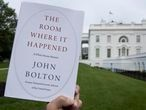 Un ejemplar de 'The room where it happened', las memorias de John Bolton, este jueves frente a la Casa Blanca.