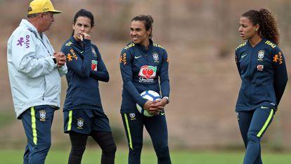 Vadão, técnico da seleção feminina, conversa com jogadoras brasileiras.