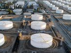 Los tanques de almacenamiento de petróleo se ven desde arriba en Carson, California.