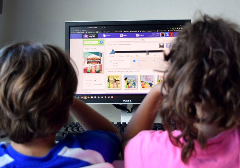 Crianças assistem a aula a distância em Miami, nos EUA, em 7 de agosto.