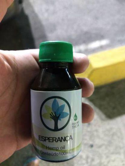 Frasco do canabidiol produzido pela Abrace, em João Pessoa.