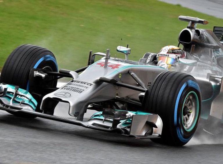 Hamilton levanta água do asfalto durante a classificação.