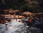 Un grupo de indígenas araweté, en la vera del río tras un día de caza.