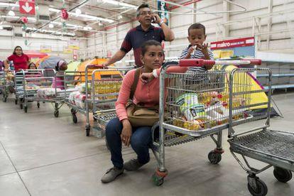 Uma família em um supermercado de Caracas.
