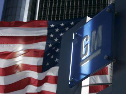 O logotipo da General Motors na sede em Detroit.