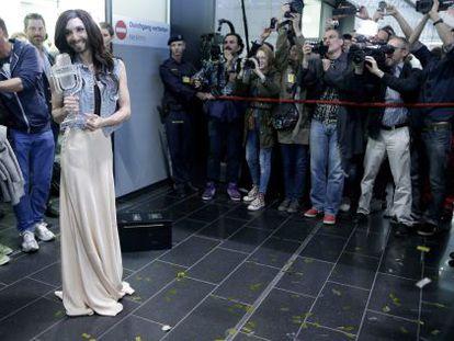 Conchita Wurst, recém-chegada a Viena depois de ganhar Eurovisión.
