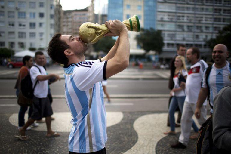 Um torcedor argentino beija uma réplica da Copa em Copacabana.