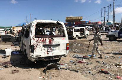 Imagem do local do atentado com carro-bomba neste sábado em Mogadíscio.