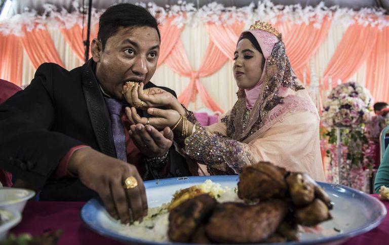 Cerimônia com casal rohingya, selando um casamento arranjado, como é hábito nessa comunidade.