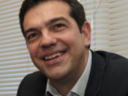 O primeiro-ministro consegue o respaldo do partido da direita nacionalista Gregos Independentes (ANEL), que, paradoxalmente, é a força que mais se aproxima de sua tese a respeito da dívida