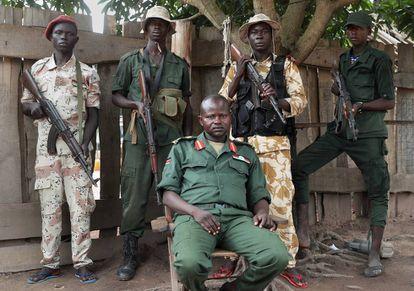 O general Abel Dominic Banga, líder da milícia SSNLM, posa com seus guarda-costas em sua casa em Yambio, no sul do Sudão do Sul.