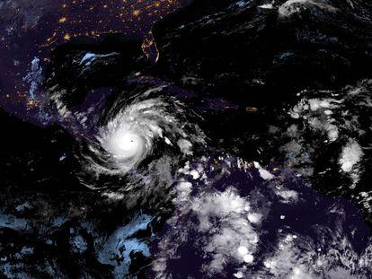 Imagem de satélite do olho do furacão Iota.