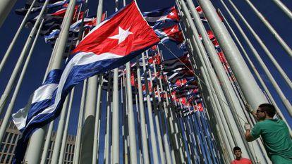 Bandeiras cubanas diante da legação dos EUA em Havana.