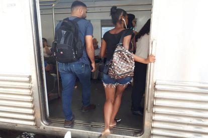 Passageiros entram no trem no ramal Belford Roxo.