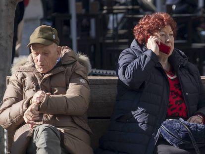 Um homem e uma mulher sentados no centro de Sevilha.