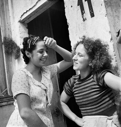 Moradoras de cortiço no Brás, São Paulo, 1947.