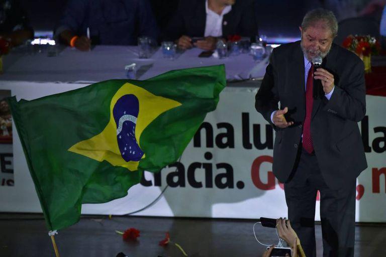 Lula em ato anti-impeachment em São Paulo, na sexta-feira.