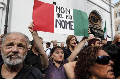 Manifestantes protestam perto da Câmera de Deputados contra o governo