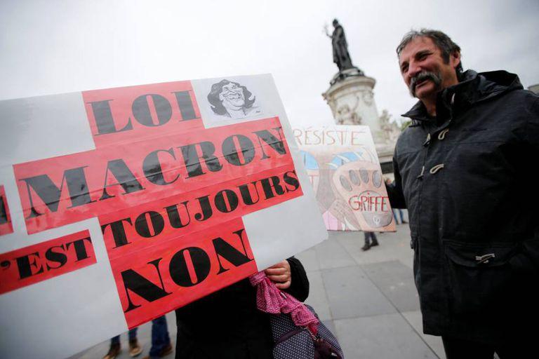 Manifestantes protestam contra plano de reforma trabalhista.
