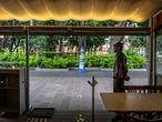 Un camarero espera la llegada de algún cliente en el restaurante Entrevero, en la plaza de Coyoacán de Ciudad de México.