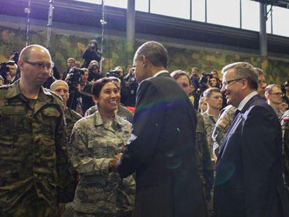 Obama cumprimenta oficiais dos EUA na Polônia.