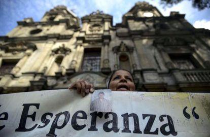 Integrante da organização Mães da Candelária protesta em Bogotá.