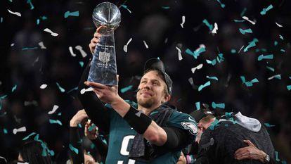 Nick Foles levanta o troféu depois de vencer o Super Bowl