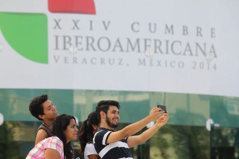 Jovens se fotografam na cúpula Ibero-Americana de Veracruz.