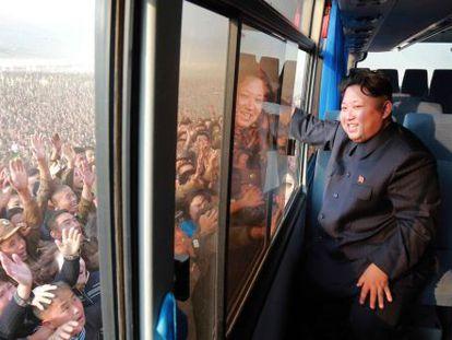 Kim saúda multidão em visita ao distrito de Sonbong.