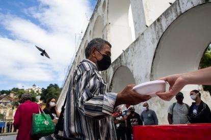 Pessoas fazem fila para receber uma marmita no Rio de Janeiro, em meio à pandemia, em 29 de abril.