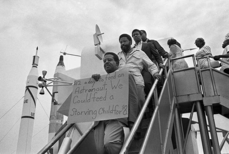 O Reverendo Ralph Abernathy, em primeiro plano, protesta em Cabo Canaveral contra o Programa Apollo, em 15 de julho de 1969.
