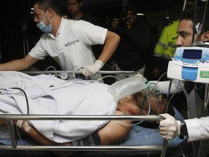 Médicos colombianos transportam jogador Alan Ruschel. LUIS EDUARDO NORIEGA EFE