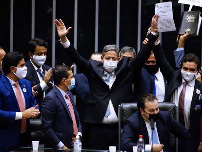 Deputado Arthur Lira (PP-AL) celebra vitória para presidência da Câmara, anunciada pelo antecessor Rodrigo Maia (DEM-RJ), na segunda.