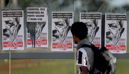 Cartazes a favor de Lula em Porto Alegre, nesta segunda.