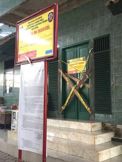 Mesquita da comunidade ahmadía interditada em Depok.