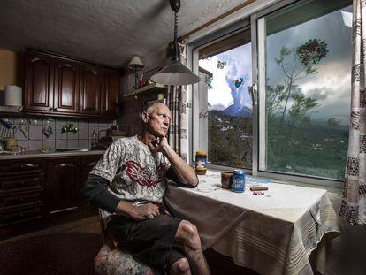 Hartmut Boog, na cozinha de sua casa no bairro de Tacande, no município de El Paso (Espanha).