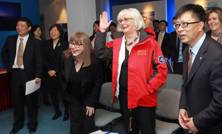 A ex primeira-ministra islandesa Jóhanna Sigurdardóttir (de vermelho) e sua esposa, Jónína Leósdóttir, em sua visita ofical a China em 2013.