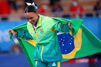 A ginasta Rebeca Andrade depois de receber a medalha de ouro em Tóquio.