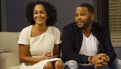 "Tracee Ellis Ross e Anthony Anderson em ""Black-ish""."