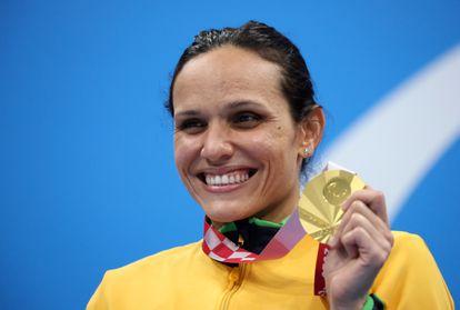 Carol Santiago celebra a medalha de ouro conquistada nos 100m livre da classe S12, nesta terça-feira, no Centro Aquático de Tóquio.