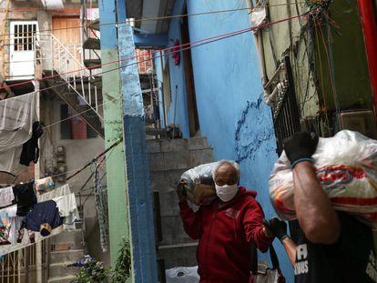 Alimentos são entregues pela Central Única das Favelas (Cufa) para famílias em Heliópolis, São Paulo, durante a pandemia.
