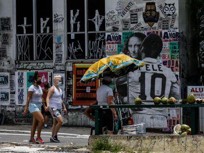 Duas mulheres caminham no centro de São Paulo na segunda-feira, 25 de janeiro, feriado na capital.
